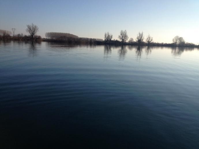 Vista del lago da bordo del kayak